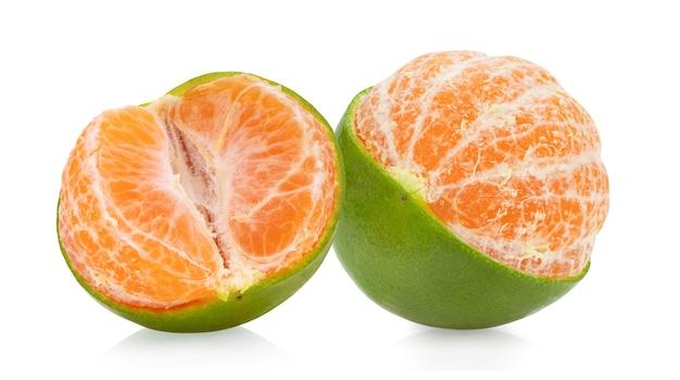Oranje mandarijn geïsoleerd op witte achtergrond