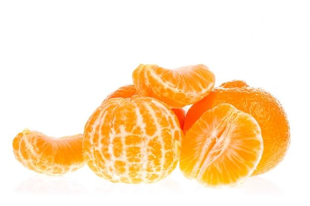 Oranje mandarijnenmandarijn die op wit wordt geïsoleerd.