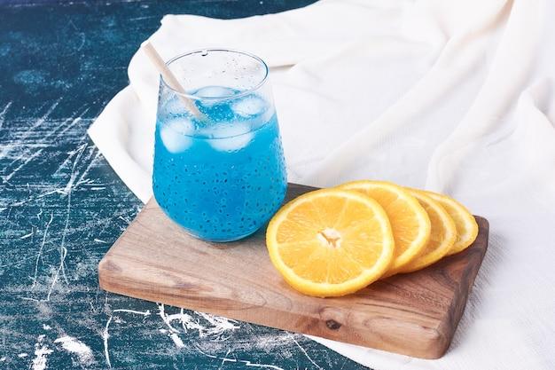 Oranje met een kopje drank op blauw.