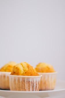 Oranje muffins in een caketribune