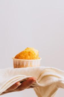 Oranje muffins in wit servet