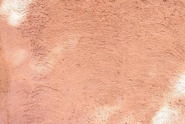 Oranje muur met boomschaduw