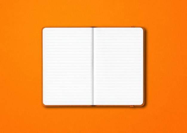 Oranje open bekleed notitieboekjemodel dat op kleurrijke achtergrond wordt geïsoleerd
