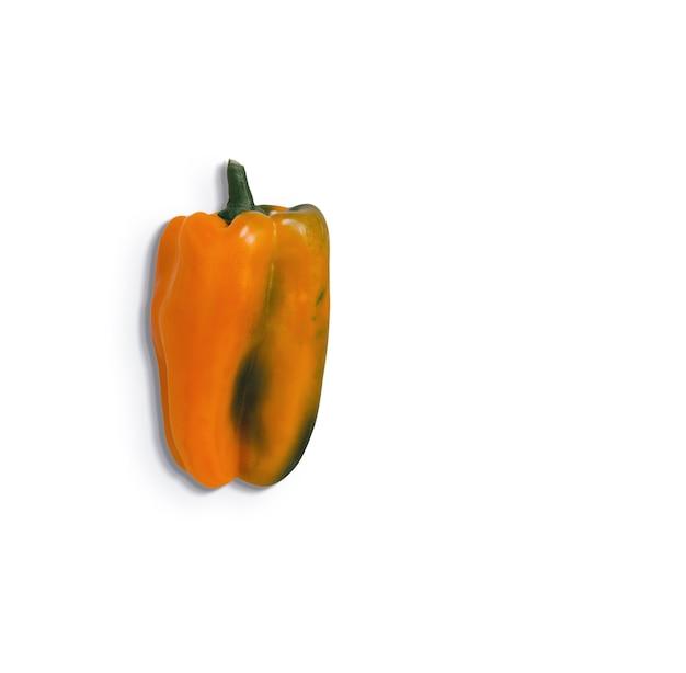 Oranje paprika geïsoleerd op een witte achtergrond. geschikt voor uw voedselontwerpelement.