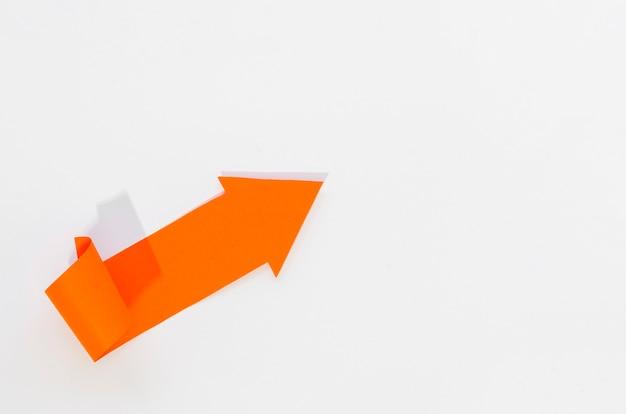 Oranje pijl die naar de rechterbovenhoek wijst
