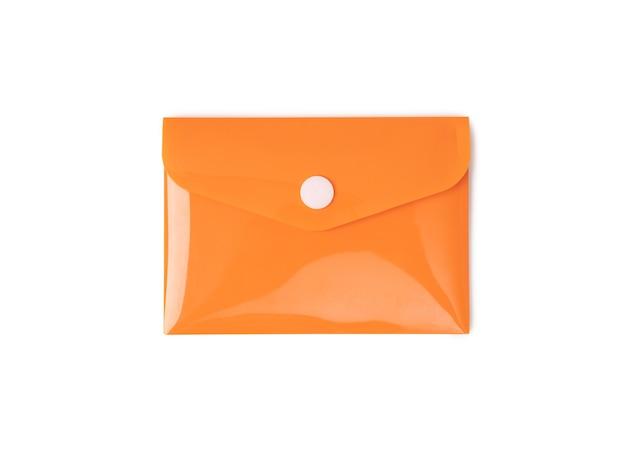 Oranje plastic envelop op witte achtergrond