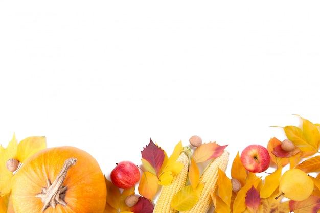 Oranje pompoen met bladeren en pompoen die op witte achtergrond wordt geïsoleerd