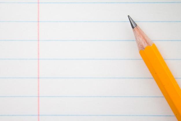 Oranje potloden close-up en samenstelling boek.
