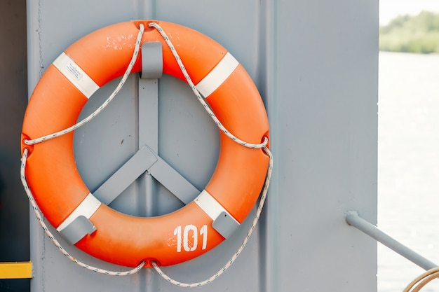 Oranje reddingsboei op het schip