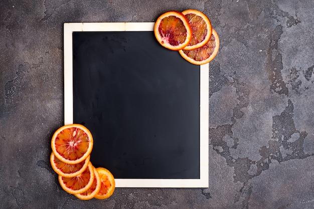 Oranje ringen op een zwarte schoolbord.