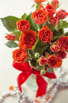 Oranje rozen in vaas