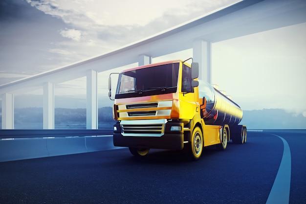 Oranje semi-vrachtwagen op onscherpe asfaltweg onder blauwe hemel en zonnen
