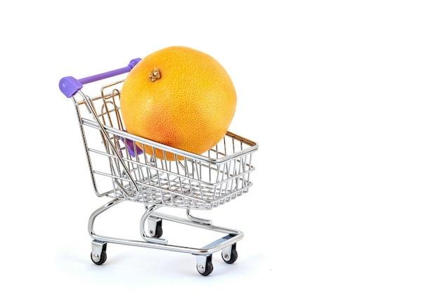 Oranje sinaasappel in een supermarktkarretje op een wit