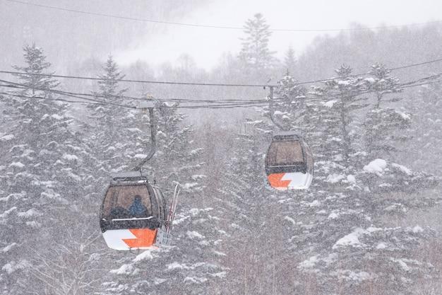 Oranje skiliften in de sneeuw