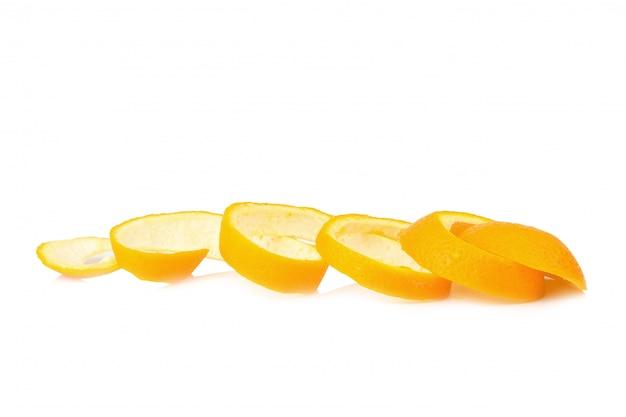 Oranje spiraalschil die op witte achtergrond wordt geïsoleerd