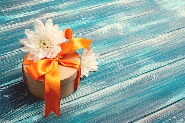 Oranje strik met handgemaakte geschenkdoos