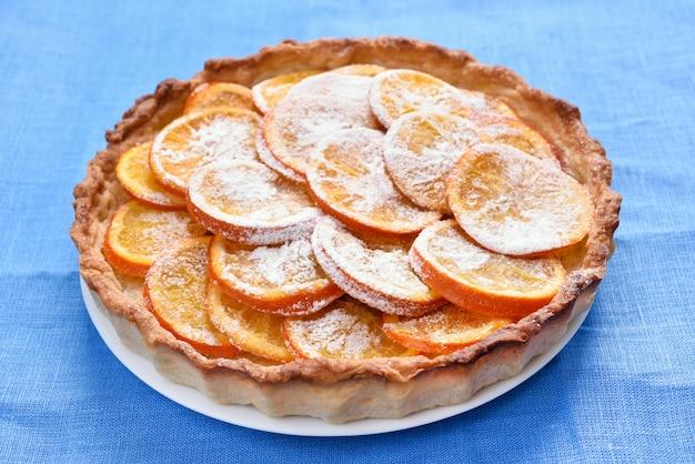 Oranje taart op blauw