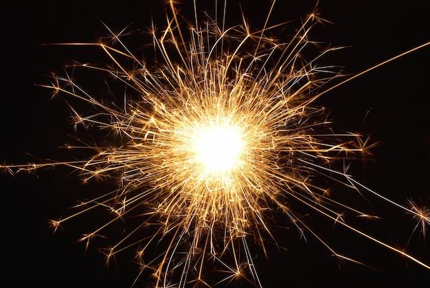 Oranje vakantie sparkle vuurwerk op de zwarte achtergrond