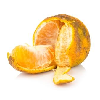 Oranje. verrot. vuil. rijp. pel. geïsoleerd op witte achtergrond