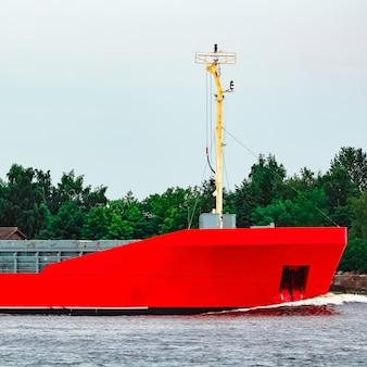 Oranje vrachtschip. logistiek en goederenvervoer