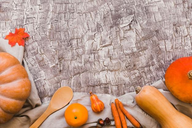 Oranje vruchten en groenten die dichtbij lepel liggen