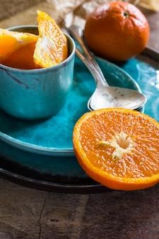 Oranje vruchten op turquoise plaat
