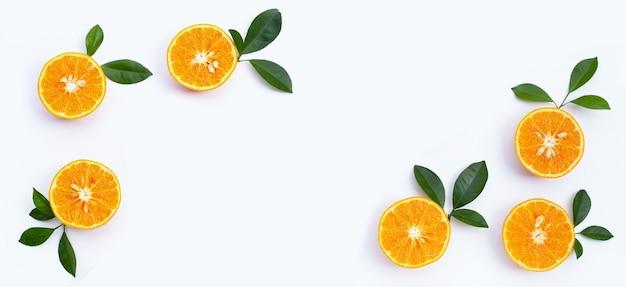 Oranje vruchten op witte achtergrond. citrusvruchten arm aan calorieën, rijk aan vitamine c en vezels