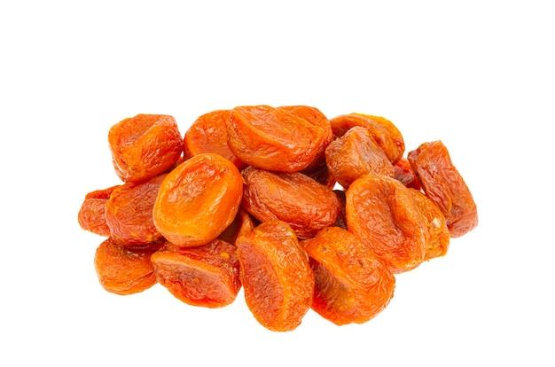 Oranje vruchten van gedroogde abrikoos op een witte ondergrond