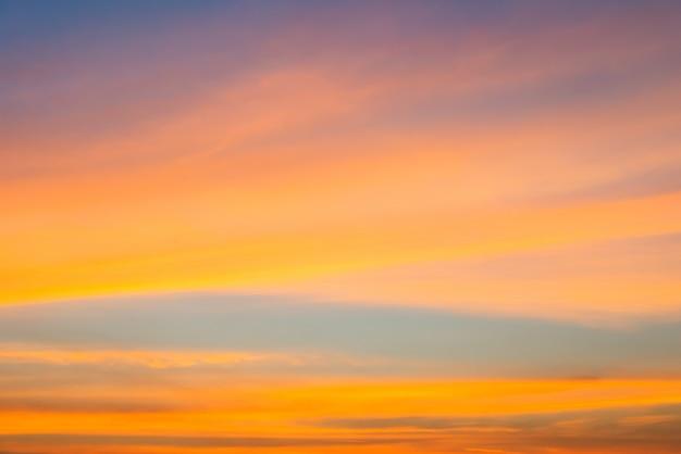 Oranje wolk en oranje licht van de zon door de wolken en de blauwe hemel met kopie ruimte