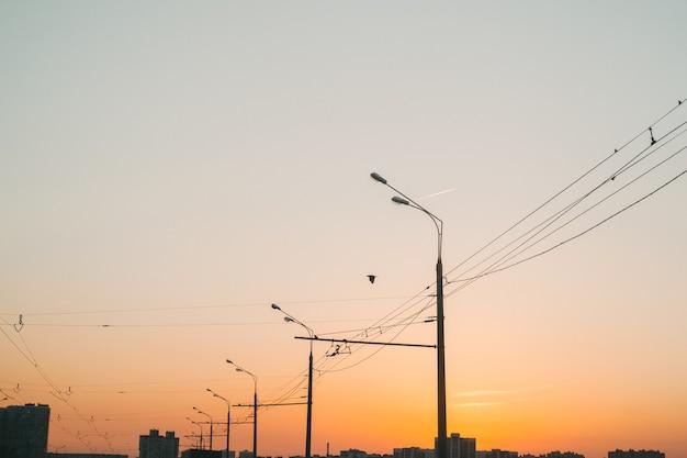 Oranje zonsondergang in de stad. heldere lucht tijdens zonsondergang