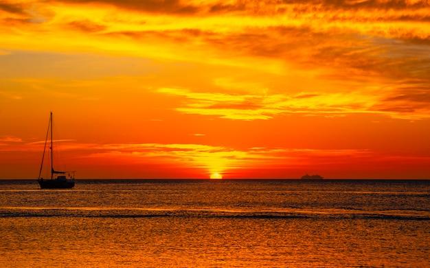 Oranje zonsondergang op het west end-strand van roatan. honduras