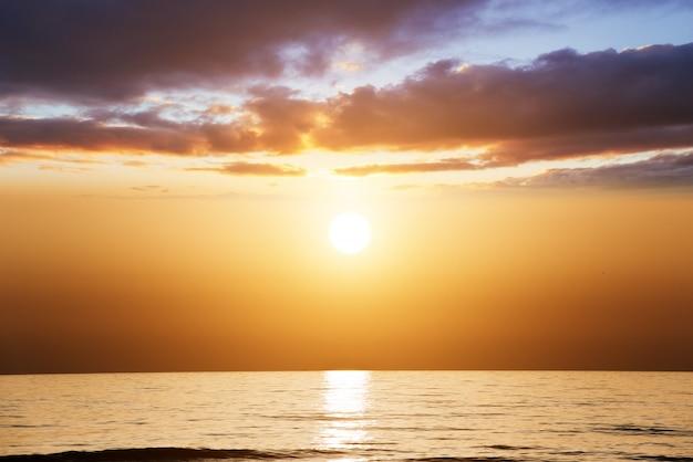Oranje zonsondergang over de zee