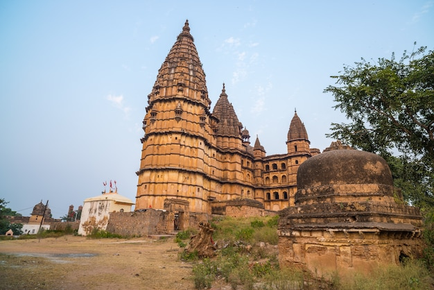Orchha stadsgezicht, hindoe chaturbhuj tempel. ook gespeld orcha, beroemde reisbestemming in madhya pradesh, india.