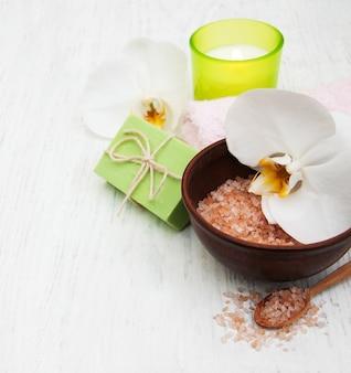 Orchideeën, kaars, handdoek en handgemaakte zeep