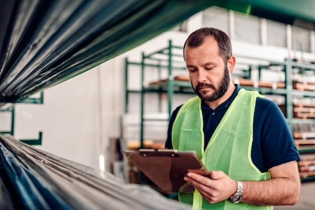 Orderverwerking van magazijnbediende voor verzending in de magazijnfabriek