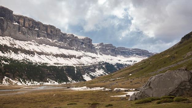 Ordesa y monte perdido nationaal park met wat sneeuw.