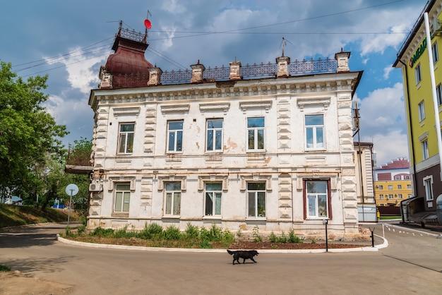 Orenburg rusland gevel van een oud vervallen huis op naberezhnaya street