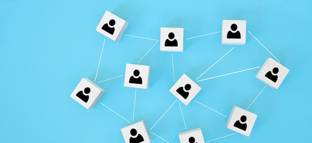Organisatiestructuur, teambuilding, werving, bedrijfsbeheer en human resources-concepten. persoonspictogrammen op houten kubussen met elkaar verbonden.