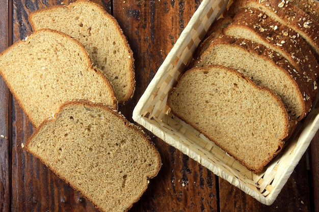 Organisch gesneden volkorenbrood binnen mand