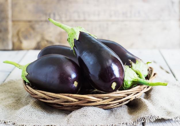 Organische aubergines in de mand