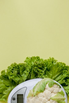 Organische bloemkool op een vaas op een geel. gezond eten, dieetplanning, gewichtsverlies, detox, biologische landbouw.