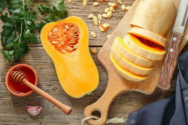 Organische butternutpompoen met ingrediënten voor het koken