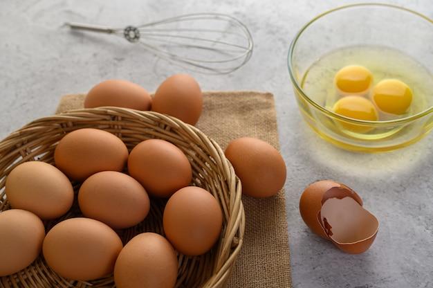 Organische eieren en olie die kokende maaltijd voorbereiden