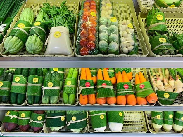 Organische hertengroenten die op planken in winkels worden verkocht