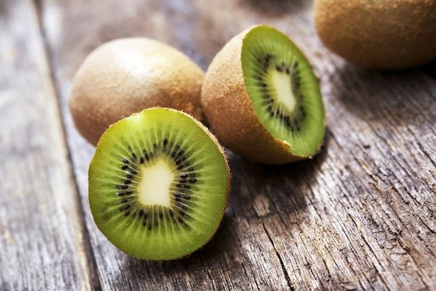 Organische kiwi's op hout