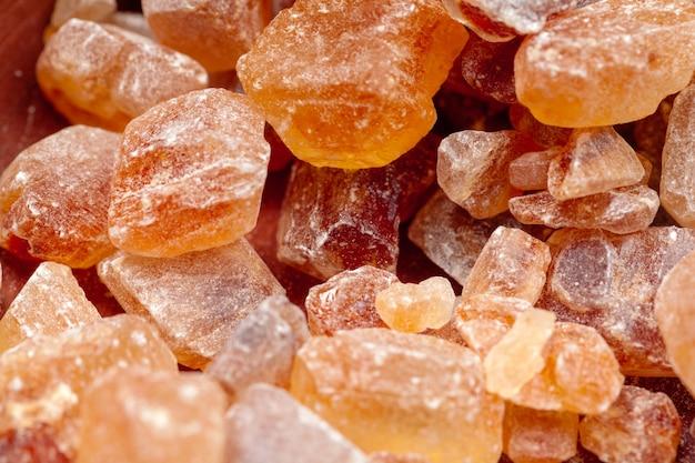 Organische kristallijne dichte omhooggaand van de bruine suikerrots op dark