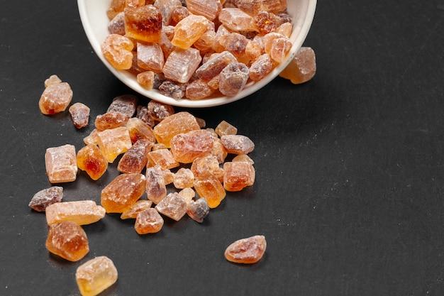 Organische kristallijne dichte omhooggaand van de bruine suikerrots