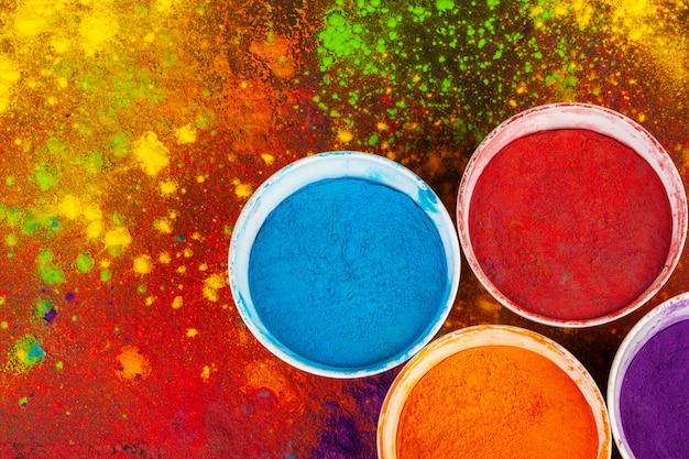 Organische poederkleuren in kom voor holi-festival