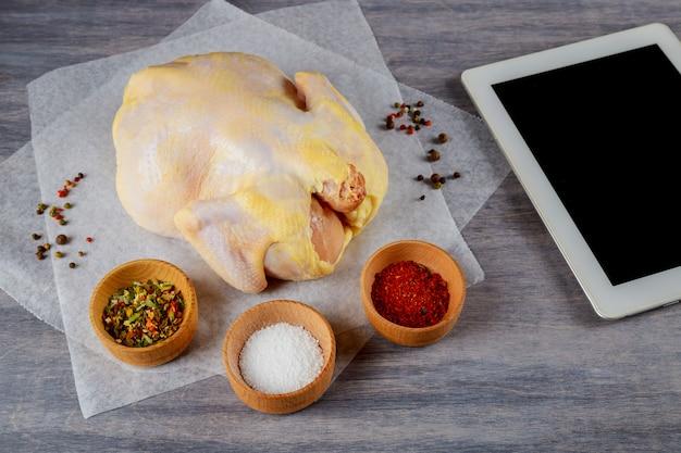 Organische ruwe gehele kip op houten rustieke achtergrond