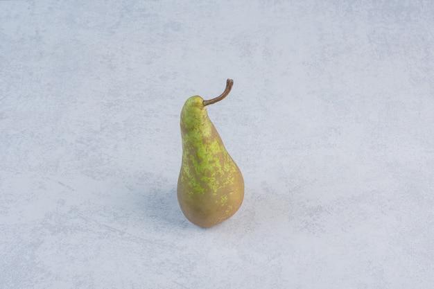 Organische sappige groene peer op grijze achtergrond.